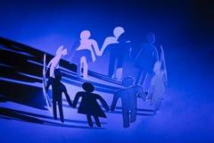 группа куклы вручает удерживанию бумажные людей Стоковое Изображение RF
