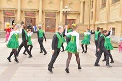 Группа людей в национальных костюмах танцует ирландские танцы Стоковые Изображения RF