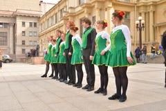 Группа людей в национальных костюмах танцует ирландские танцы Стоковая Фотография RF
