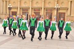 Группа людей в национальных костюмах танцует ирландские танцы Стоковое фото RF