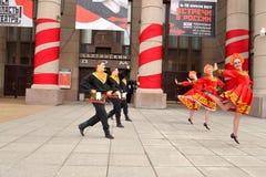 Группа людей в национальных костюмах танцует русские танцы Стоковая Фотография RF