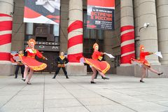 Группа людей в национальных костюмах танцует русские танцы Стоковое фото RF