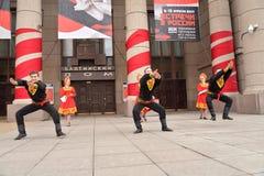 Группа людей в национальных костюмах танцует русские танцы Стоковое Изображение