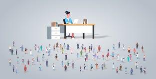 Группа людей в переднем учителе женщины сидя на работниках занятия стола различных смешивает гонку работники толпятся образование бесплатная иллюстрация