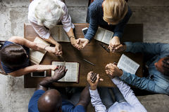 Группа людей держа руки моля поклонение верит Стоковое Изображение