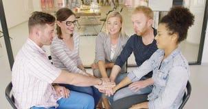 Группа людей держа руки совместно акции видеоматериалы