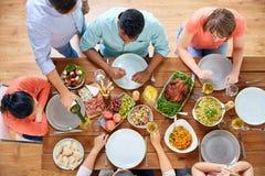 Группа людей есть на таблице с едой Стоковые Изображения