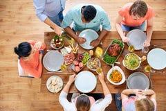 Группа людей есть на таблице с едой Стоковая Фотография RF