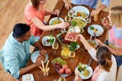 Группа людей есть на таблице с едой Стоковая Фотография
