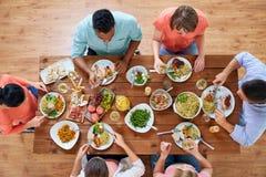 Группа людей есть на таблице с едой Стоковое Фото