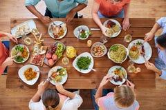 Группа людей есть на таблице с едой Стоковое фото RF