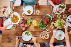 Группа людей есть на таблице с едой Стоковые Изображения RF