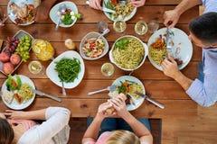 Группа людей есть на таблице с едой Стоковое Изображение RF