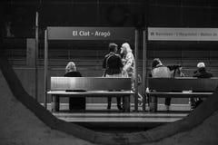Группа людей ждать прибытие пригородного поезда стоковое изображение rf