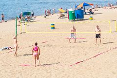 Группа людей, люди и женщины играя волейбол пляжа Стоковая Фотография