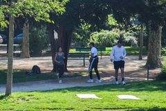 Группа людей нагревая для jogging в парке стоковые фотографии rf