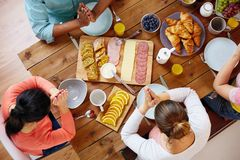 Группа людей на таблице моля перед едой Стоковое Изображение RF