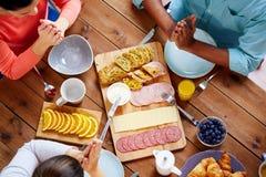 Группа людей на таблице моля перед едой Стоковые Изображения RF