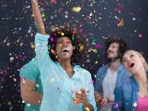 Группа людей партии Confetti многонациональная над серым цветом стоковая фотография rf
