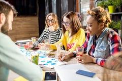 Группа людей работая совместно в кафе стоковое фото
