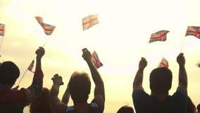 Группа людей развевая с великобританскими флагами сток-видео