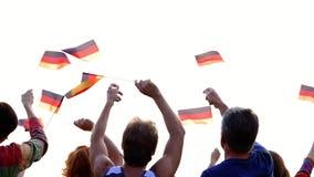 Группа людей развевая с немецкими флагами сток-видео