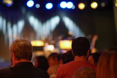 Группа людей сидя в театре стоковые фото