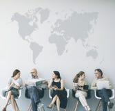 Группа людей сидя на стульях Стоковая Фотография RF