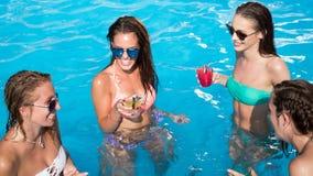 Группа людей partying в бассейне стоковое фото