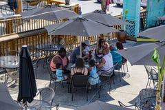 Группа наслаждаясь обедом на озере гор Смита, Вирджинии, США Стоковые Фотографии RF