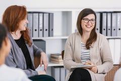 Группа поддержки во время психологической терапии, тренировки для концепции женщин стоковая фотография rf