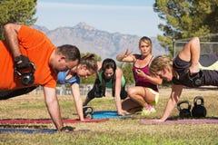 Группа преподавательства инструктора фитнеса зрелая Стоковые Изображения RF