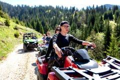 Группа путешествия путешествует на ATVs и UTVs на горах Стоковое Изображение RF