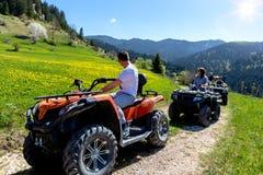 Группа путешествия путешествует на ATVs и UTVs на горах Стоковая Фотография