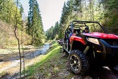 Группа путешествия путешествует на ATVs и UTVs на горах Стоковые Изображения RF