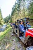 Группа путешествия путешествует на ATVs и UTVs на горах Стоковые Фотографии RF