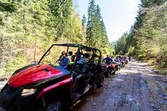 Группа путешествия путешествует на ATVs и UTVs на горах Стоковые Фото