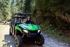 Группа путешествия путешествует на ATVs и UTVs на горах Стоковое фото RF