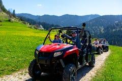 Группа путешествия путешествует на ATVs и UTVs на горах Стоковые Изображения