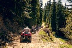 Группа путешествия путешествует на ATVs и UTVs на горах Стоковое Изображение