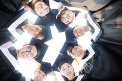 группа студентов градации молодая вокруг совместно стоковое фото