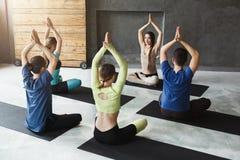 Группа с инструктором йоги в фитнес-клубе стоковое фото rf
