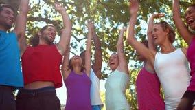 Группа фитнеса кладя руки совместно на солнечный день сток-видео