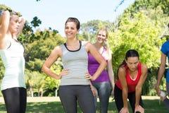 Группа фитнеса после jogging в парке Стоковое Изображение