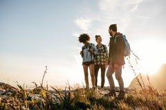Группа людей в природе на летний день Стоковое Изображение