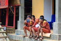 Группа людей в традиционных одеждах на похоронной церемонии Tana Toraja Стоковая Фотография RF