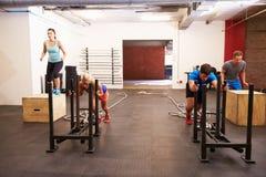 Группа людей в тренировке цепи спортзала Стоковые Фотографии RF