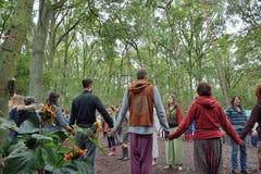 Группа людей держа руки в круге, сработанности Стоковые Изображения