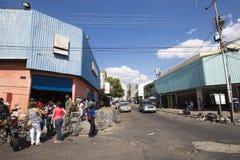 Группа людей ждать в линии на общественном супермаркете в Ciuda Стоковая Фотография RF