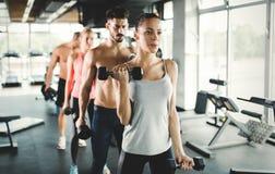Группа людей имеет разминку в спортзале стоковые фотографии rf